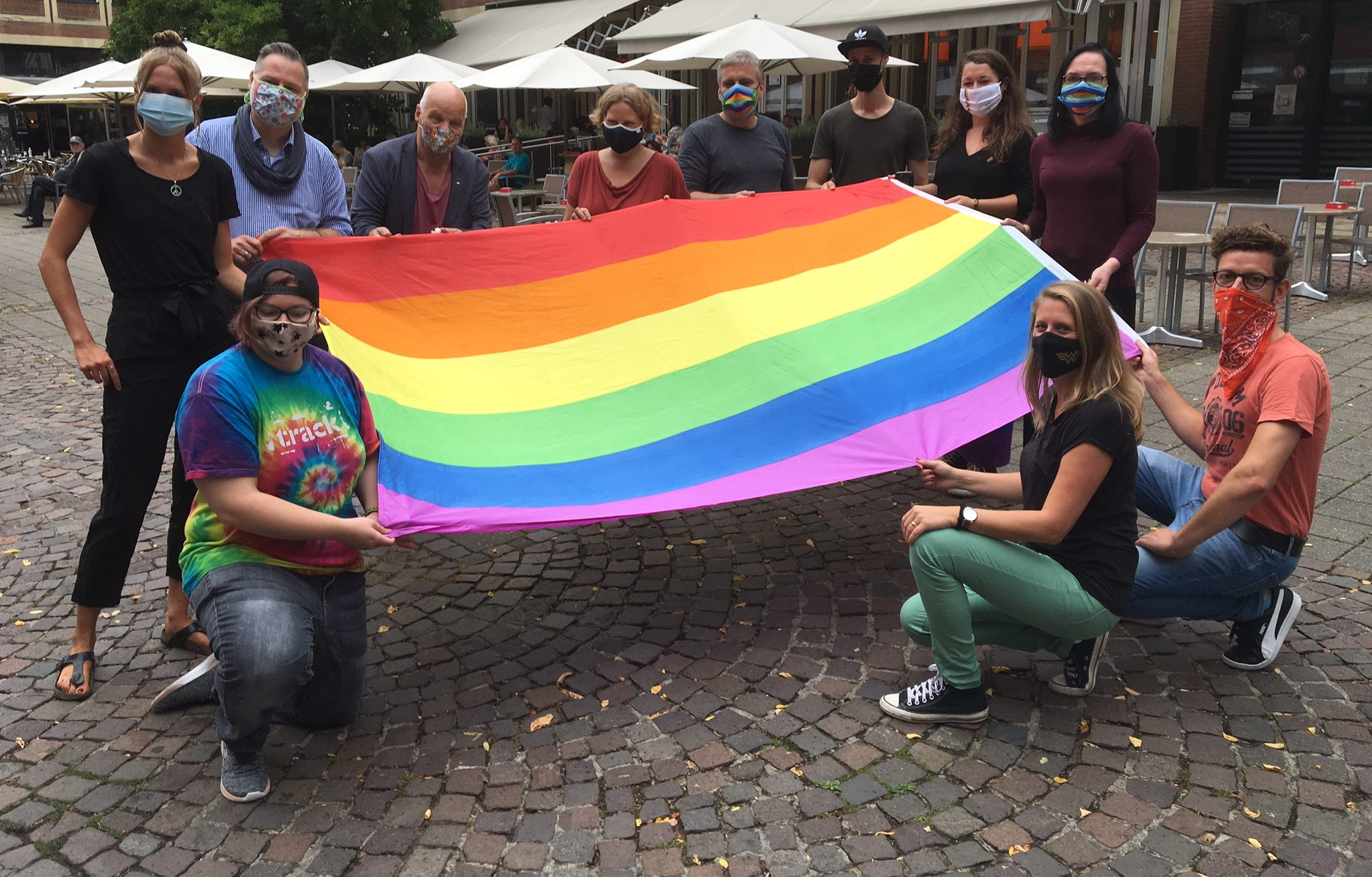 Seit vielen Jahren wurden mit dem Hissen der Regenbogenfahne vor dem Stadthaus 1 die Pride Weeks, Wochen mit verschiedenen Veranstaltungen der Queer-Community in Münster, die in der CSD Demo endeten, eingeläutet.